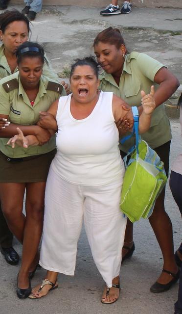 Momento en el que apresaron a Nieves Matamoros / Facebook Angel Moya