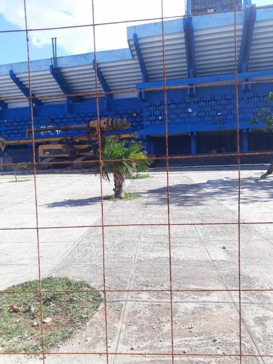Han cercado los exteriores delEstadio Latinoamericano de La Habana para las labores de instalación de la pizarra / Foto: CiberCuba