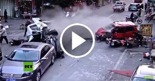 Una camioneta arrolla a varios autos y motocicletas en China