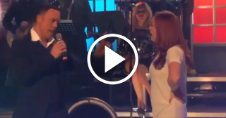 Así canta Alexis Valdés a dúo con su esposa
