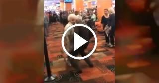 Mira cómo baila esta pareja de ancianos al ritmo de Yomil y El Dany