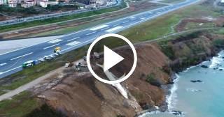 Un avión se sale de la pista de aterrizaje y queda encallado en un acantilado