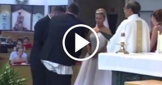 ¡Increíble! a testigo de boda se le cae el pantalón en plena ceremonia nupcial