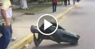 Jóvenes venezolanos tumban estatua de Hugo Chávez