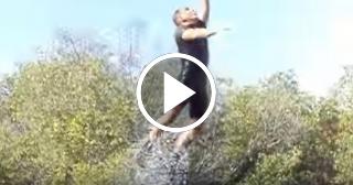 Entrenador en Cienfuegos salta 10 metros ayudado por delfines