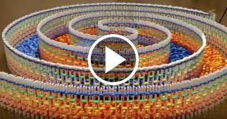 Esta estructura consta de 15 mil fichas de dominó, y la ha creado una joven de 17 años