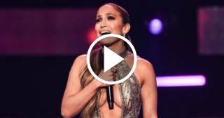 Jennifer López recibe emocionada el galardón de la Estrella de los Billboard