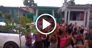 Limay Blanco para su auto con música en un calle de Lawton e improvisa una fiesta después del huracán