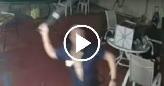 Florida: Un hombre se enfrenta con un machete a tres ladrones armados (VIDEO)