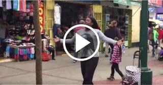 Cubana se gana la vida bailando en un Boulevard de Perú