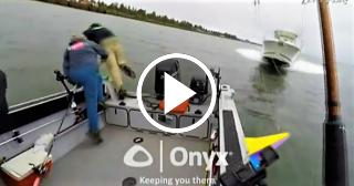 Aterrador momento: tres pescadores saltan al agua para no morir aplastados por un yate a toda velocidad en EEUU