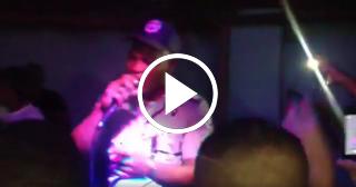 Policía cubano se sube a una tarima a cantar reguetón