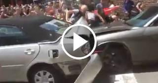 El momento exacto en el que un auto embiste a los manifestantes contra la marcha supremacista en Virginia