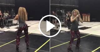 Demostrado: Shakira mueve las caderas en los ensayos con la misma sensualidad que en sus conciertos