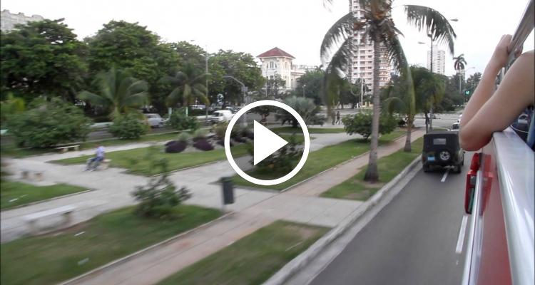 Viajando de la Habana Vieja a Miramar en Bus Turístico