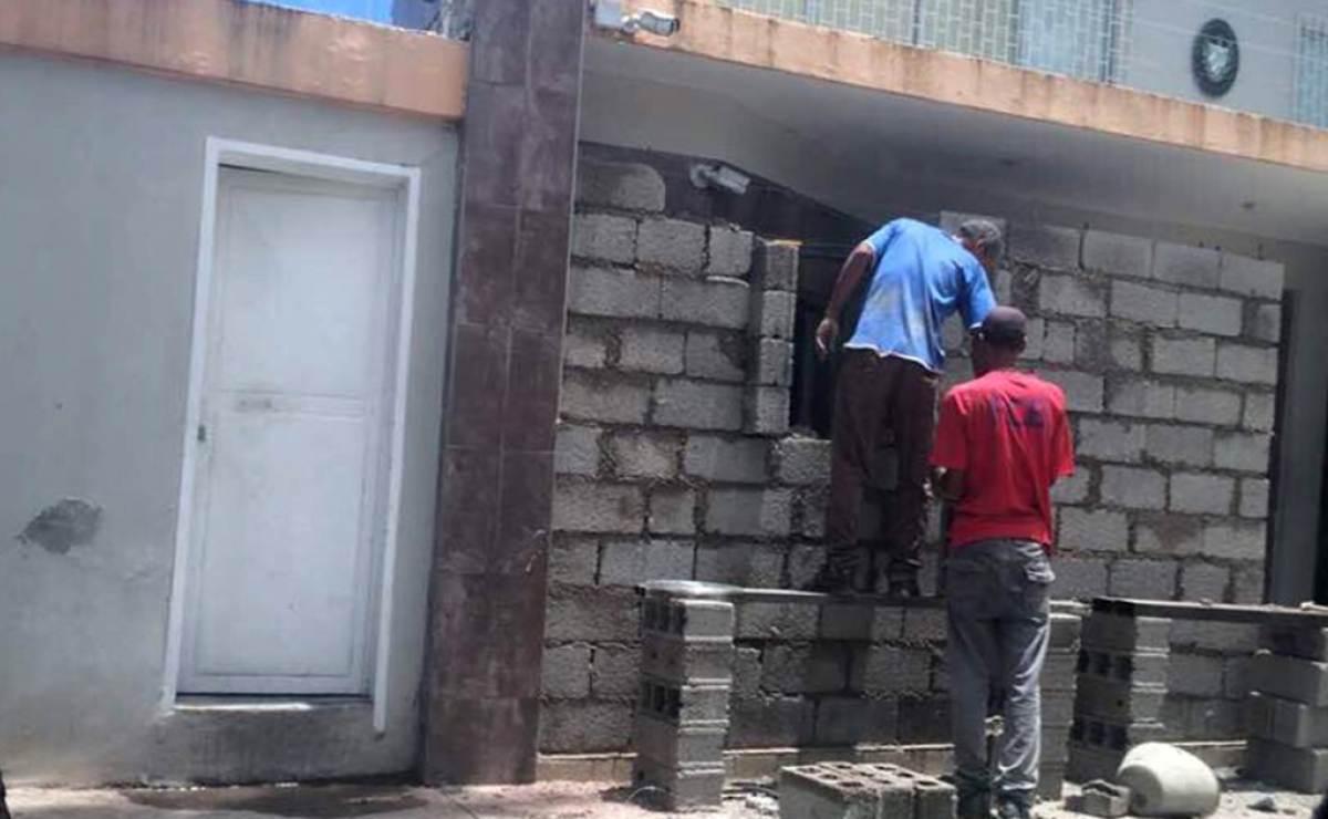 Refuerzan con una pared de bloques la entrada de la Embajada de Cuba en Caracas