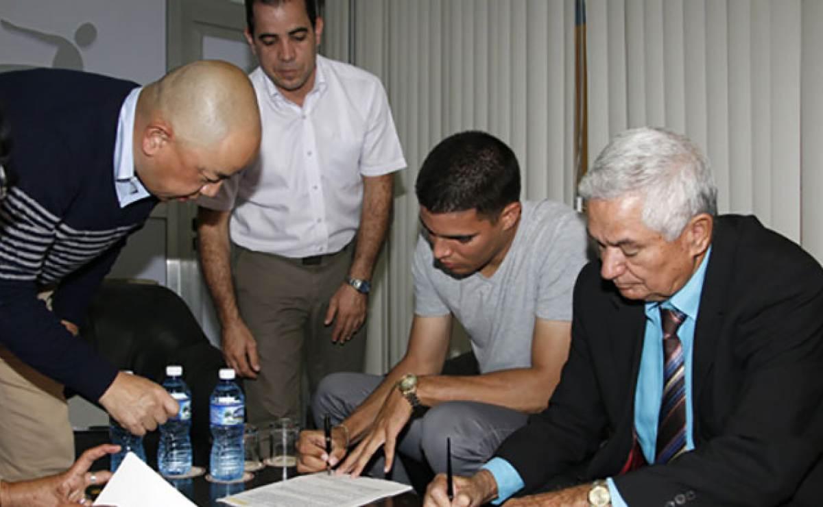 Cubano Héctor Mendoza firma para su tercera campaña en el béisbol japonés