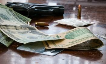 Arrestan a un hombre que guardaba pistolas, rifles y drogas en el sureste de Florida