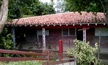 Un cubano graba cientos de refranes en cada uno de los ladrillos de la fachada de su casa