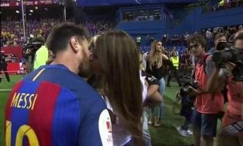 El apasionado beso de Messi y Antonella tras ganar la Copa del Rey (+VÍDEO)