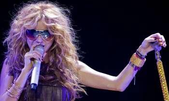 Paulina Rubio sufre una espectacular caída en pleno concierto