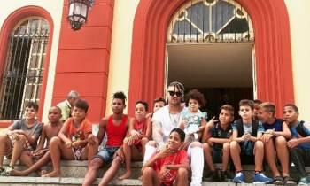 El Taiger monta Chivichana y se divierte con niños de El Rincón de La Habana