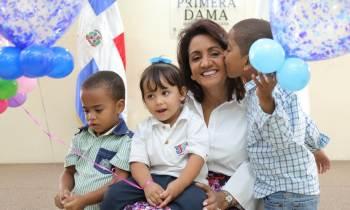 Primera Dama de Dominicana lleva niños a Cuba para cirugías que les permitan escuchar por primera vez