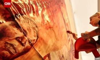 Una artista usa sangre humana en un cuadro para protestar contra Trump