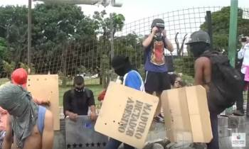 Manifestantes en Venezuela derriban rejas de base aérea (+VIDEO)