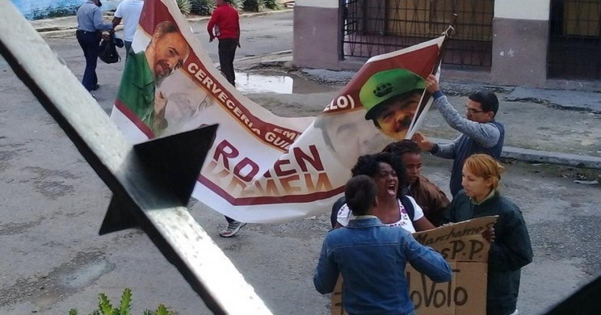 Berta Soler detenida por integrantes de la Seguridad del Estado | Foto © Facebook / Ángel Moya