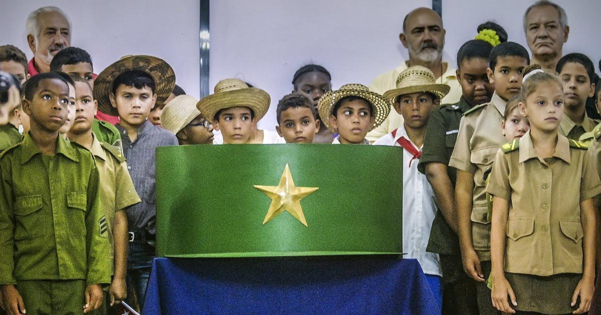 Cubanos en Argentina donan una gorra XXL de Fidel Castro al Museo de ... 45597c3d00f